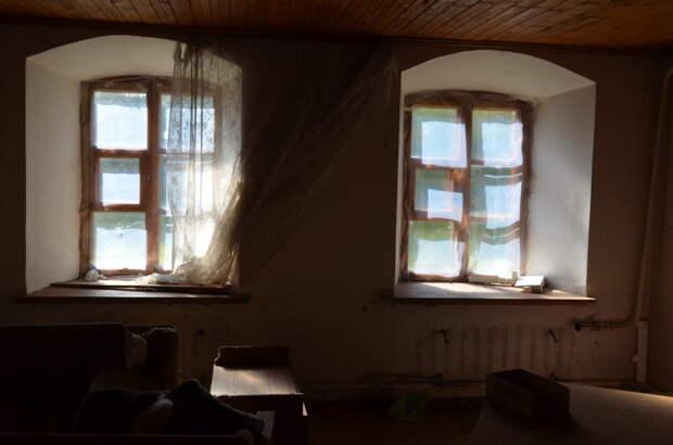 Внутри здания служб