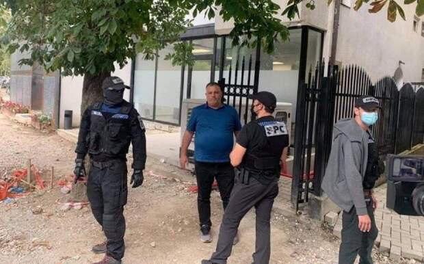 Второй арест за сутки. Косовская полиция с церемониями арестовала Насима Харадиная