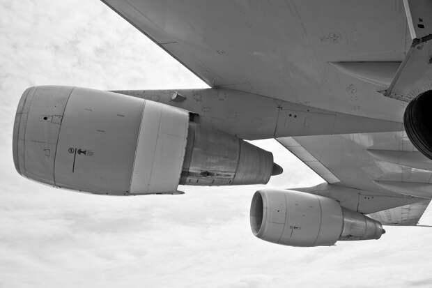 Части двигателя летевшего из Нидерландов «Боинга» упали на автомобили