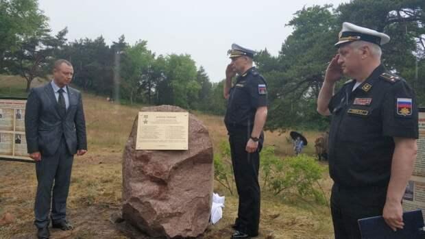 Военные возложили цветы к братской могиле советских солдат на Балтийской косе