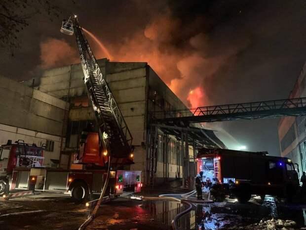 Крыша загоревшегося в Москве склада рухнула. Видео
