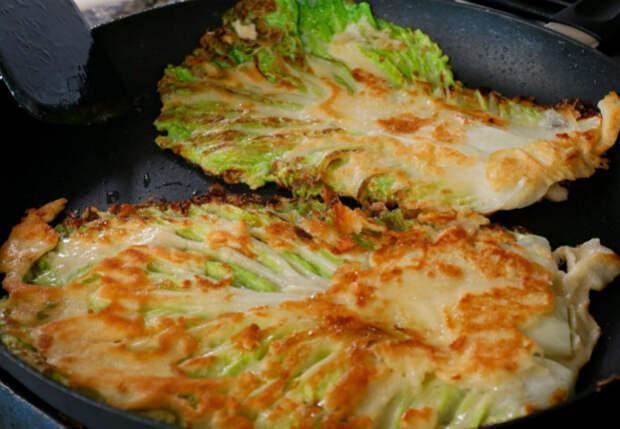Отрываем от капусты лист и жарим на сковороде целиком