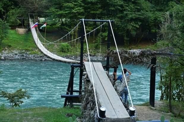 Туристка из России упала с моста в реку в Абхазии