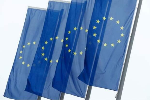 Флаги ЕС на штаб-квартире ЕЦБ во Франкфурте-на-Майне, Германия, 8 июля 2020 года. REUTERS/Ralph Orlowski
