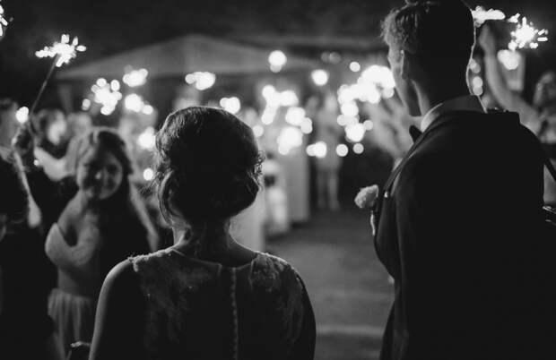 Родители жениха увидели деревенских сватов и выгнали их со свадьбы. Но спустя время они сильно пожалели