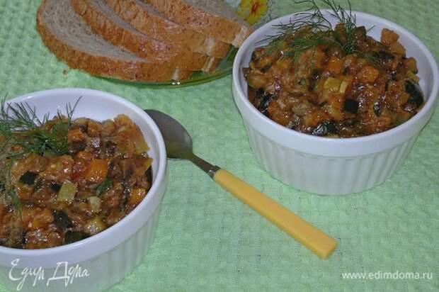 Овощная икра готова. Вкусно и в теплом, и в холодном виде. Подать к столу, украсив любой зеленью. Угощайтесь! Приятного аппетита!