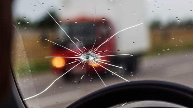 Как предотвратить расползание скола на лобовом стекле автомобиля