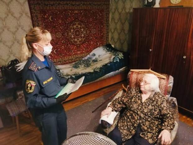 Визит к ветерану / Фото: Пресс-служба МЧС по ЮВАО