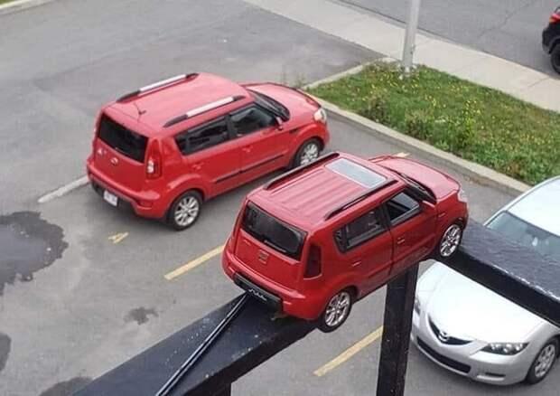 Две одинаковые машины припарковались?
