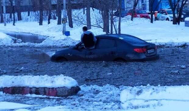 Екатеринбуржцу пришлось сидеть на окне и ждать спасения: машину затопило надороге