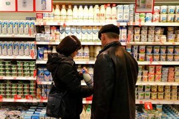 Customers shop at a Victoria supermarket operated by Russian food retailer Dixy Group in Moscow, Russia, October 20, 2016. REUTERS/Maxim Zmeyev