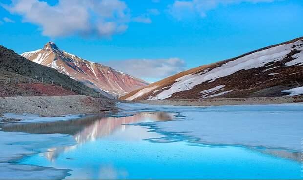 Голубое озеро находится у подножия горы Пирамида возле одноименного поселка (Архипелаг Шпицберген).