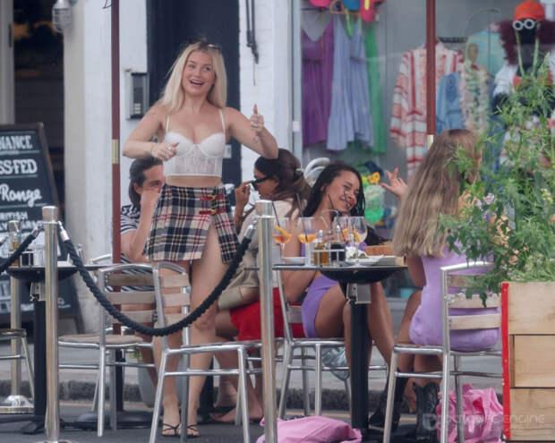 23-летняя британская фотомодель Лотти Мосс (Lottie Moss) в коротенькой юбочке и топе