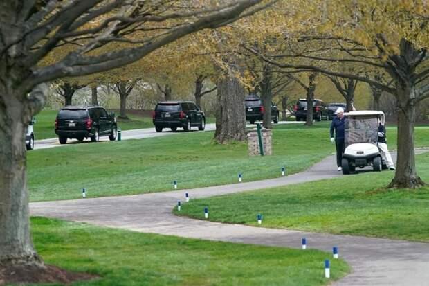 Байден сыграл в гольф: журналисты видели его катающимся на электромобиле