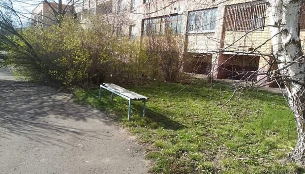 УК убрала поваленные деревья во дворах Климовска