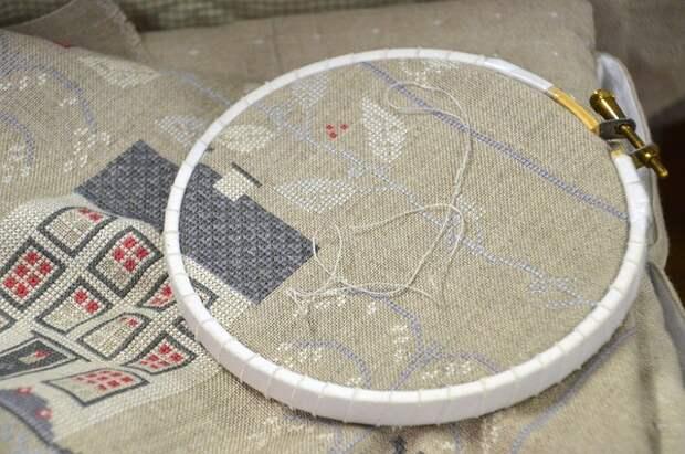 Процесс вышивки крестом