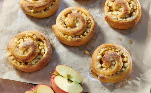 «Улитки» с яблочной начинкой: десерт к чаю жарим на обычной сковороде