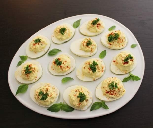 История новогодних блюд: яйца фаршированные и под майонезом