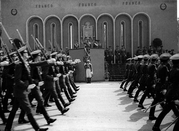 Франко 4 сентября 1939 г. объявил нейтралитет, которого его страна формально придерживалась до конца войны. Однако он не стал мешать тем, кого нужда или старые счеты по гражданской войне позвали в «крестовый поход против большевизма»