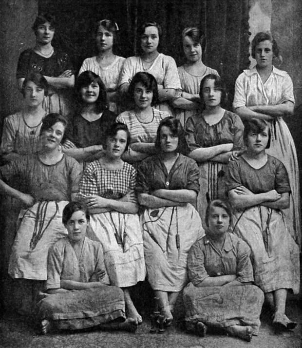 Почему это черно-белое фото столетней давности так напугало пользователей Сети