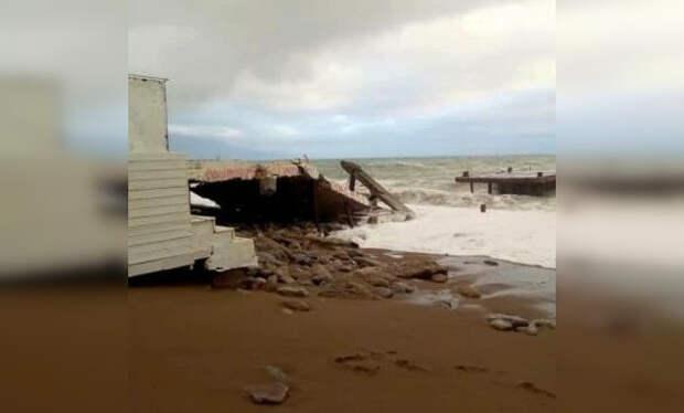 Шторм разрушил морской причал в Ялте
