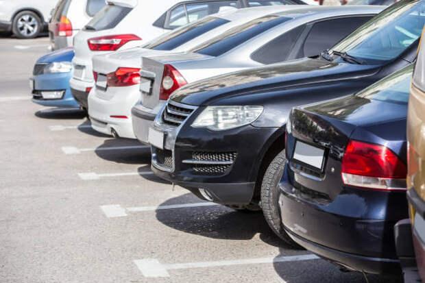 На месте незаконной автостоянки на Полярной появилась бесплатная парковка