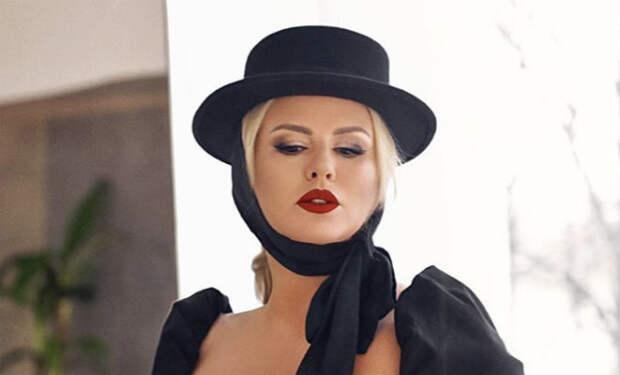 Анна Семенович вышла на дорожку в платье без верха