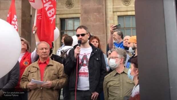 Рашкин перед зданием МГУ. Фото из открытых источников