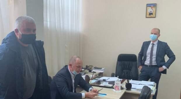 Темнит минздрав по Навальному: кто эти люди на фото в кабинете главврача?!