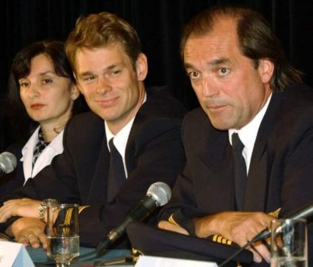 Пилоты Пише (справа) и Ягер (слева) на пресс-конференции в 2001 году