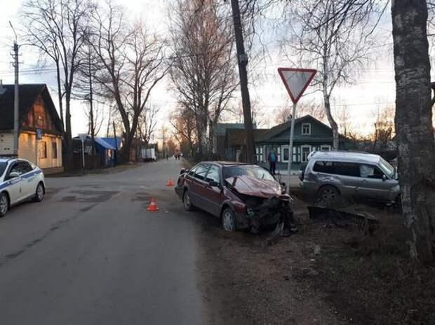 В Осташкове произошла авария с участием двух иномарок