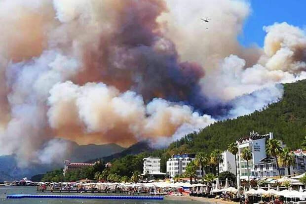 Туристов эвакуируют из охваченного лесными пожарами турецкого курорта