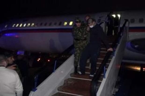 На фото: во время выхода военнопленных из российского самолета, доставившего из Баку 44 армянских военнопленных, в аэропорту Эребуни, 15 декабря 2020 года