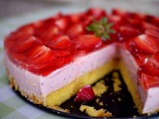 Специально для летней жары: Клубничный торт с замороженным йогуртовым кремом