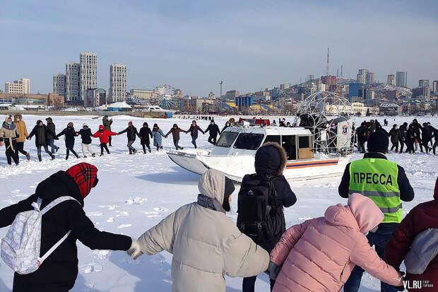 Протестующие во Владивостоке вышли на лёд