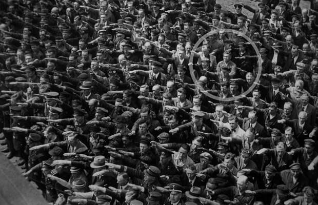 Что стало с рабочим-немцем, не ставшим вскидывать руку в нацистском салюте: сильная история за кадром (1936 год)