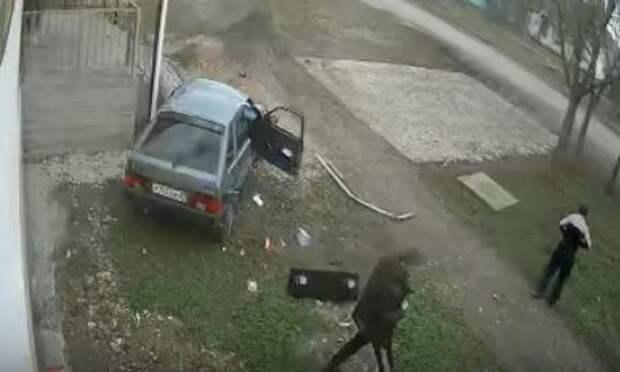 В Крыму легковушка врезалась в стену дома. Видео