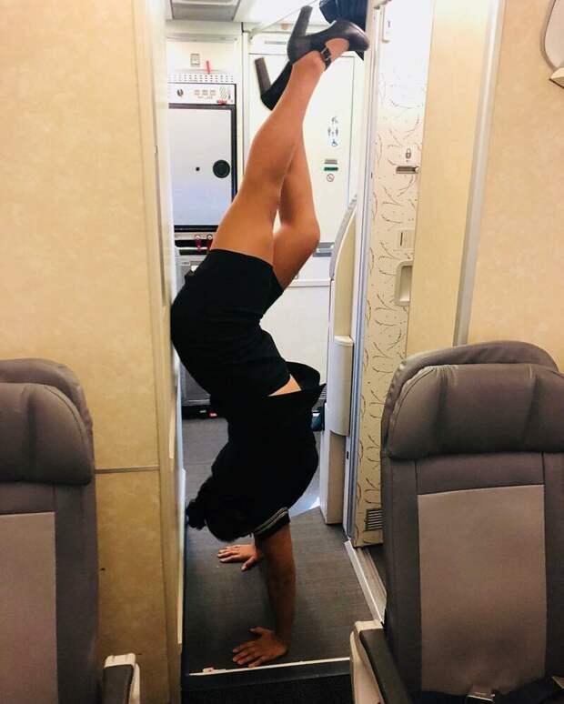 Поговаривают, что стюардессы это делают для того, чтобы увеличить приток крови к мозгу. В длительных полетах данная мера просто спасает девушек от различных проблем со здоровьем бортпроводник, прикол, примета, самолет, стюардесса, юмор