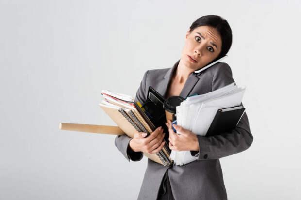 женщина с папками и бумагами в руках