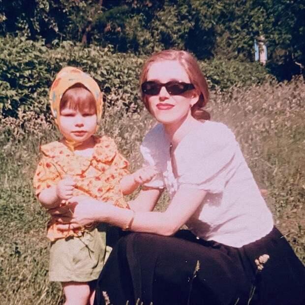 А это точно не вы? Лиза Арзамасова поделилась архивным фото с матерью