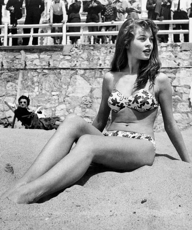 Французская актриса Бриджит Бордо на пляже во время Каннского фестиваля 1953 года.