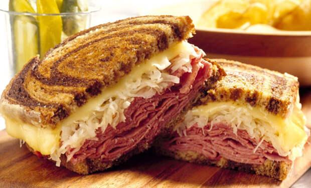 Кладем в бутерброды нарезку и квашеную капусту: перекус сытнее обеда