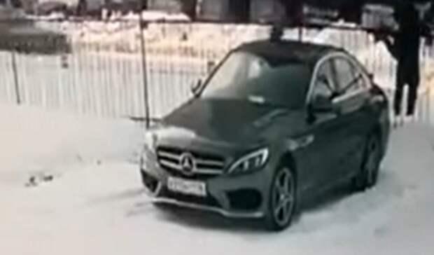 Неизвестный обстрелял Mercedes бизнес-класса наплатной стоянке вЕкатеринбурге