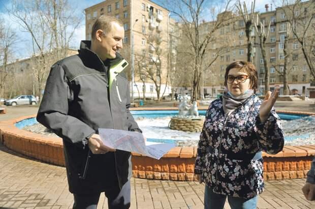 Елена Назарова с улицы Галушкина рассказала префекту, что жители микрорайона ждут возобновления работы исторического фонтана/ Артур Новосильцев