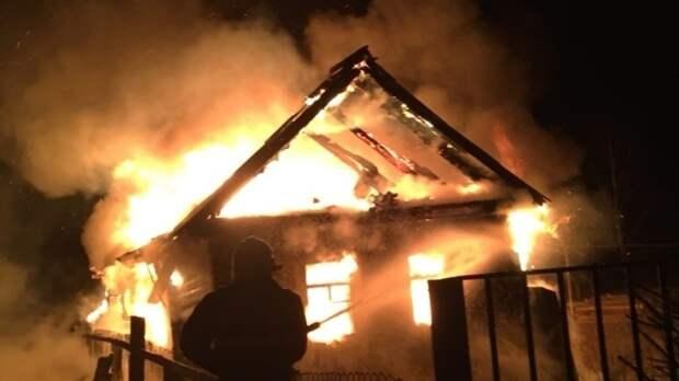Полыхающий деревянный дом потушили в Петербурге