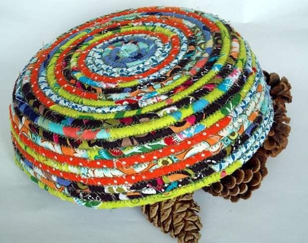 Вам понадобятся лишь веревка и остатки ткани, чтобы сотворить такую красоту