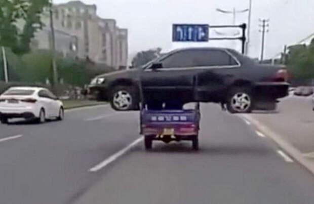 Китаец перевез автомобиль на мотоцикле. И заработал штраф