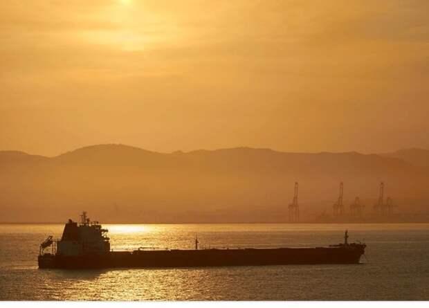 На двух нефтяных танкерах в Оманском заливе произошли взрывы