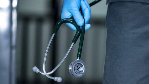 Врач-радиолог подглядывал за своими пациентами в туалете