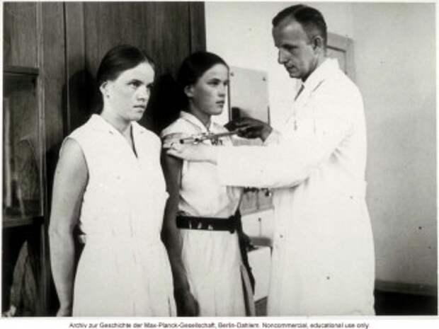 У генетического детерминизма давняя история. Лишь замеры ширины плеч сменились сравнительным исследованием геномов. (На фото— доктор Отмар фон Вершуер проводит измерения впроцессе евгенических исследований).